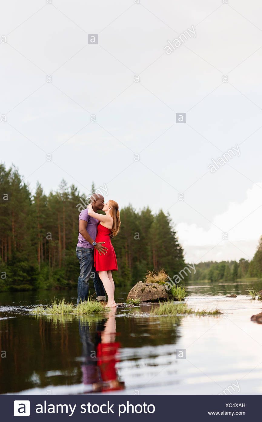La Suède, Vastmanland, Bergslagen, Svartalven, couple kissing Photo Stock