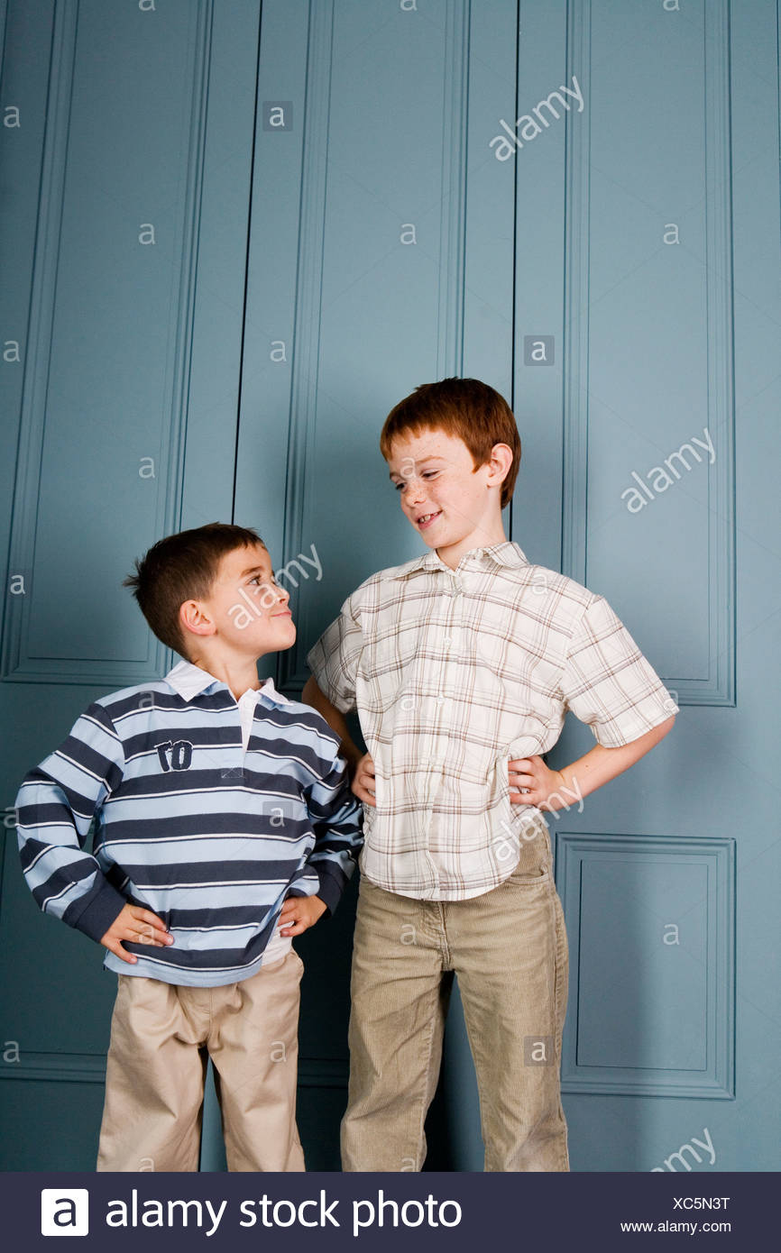 Jeune garçon fixant garçon plus âgé Photo Stock