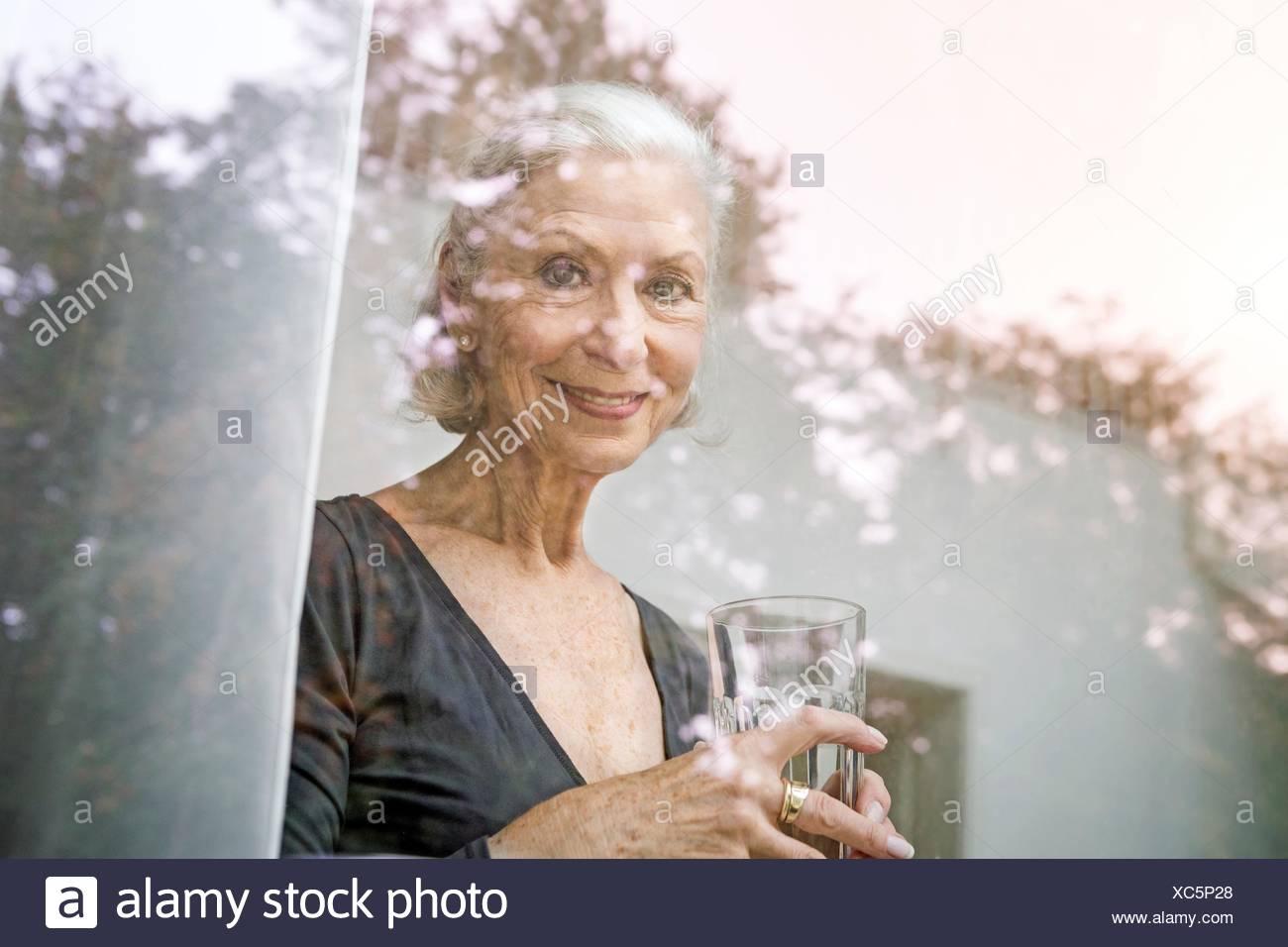 Voir à travers la vitre du couple smiling at camera tumbler Photo Stock