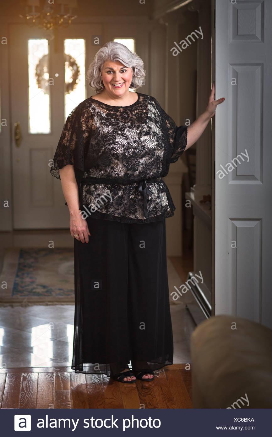 Portrait de femme mature bien habillé dans le couloir Photo Stock