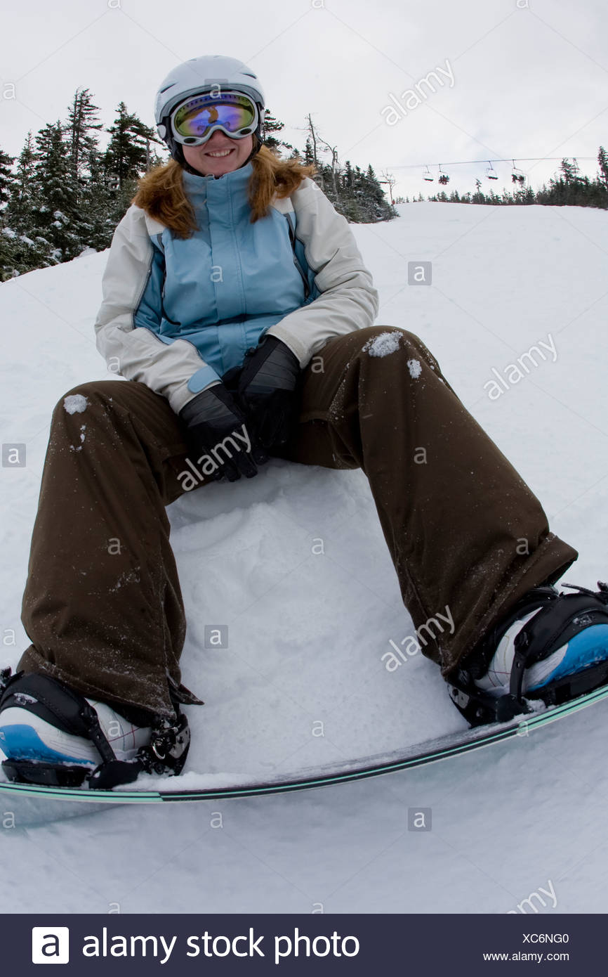 Young woman snowboarding, Sunday River, Newry, dans le Maine. Photo Stock