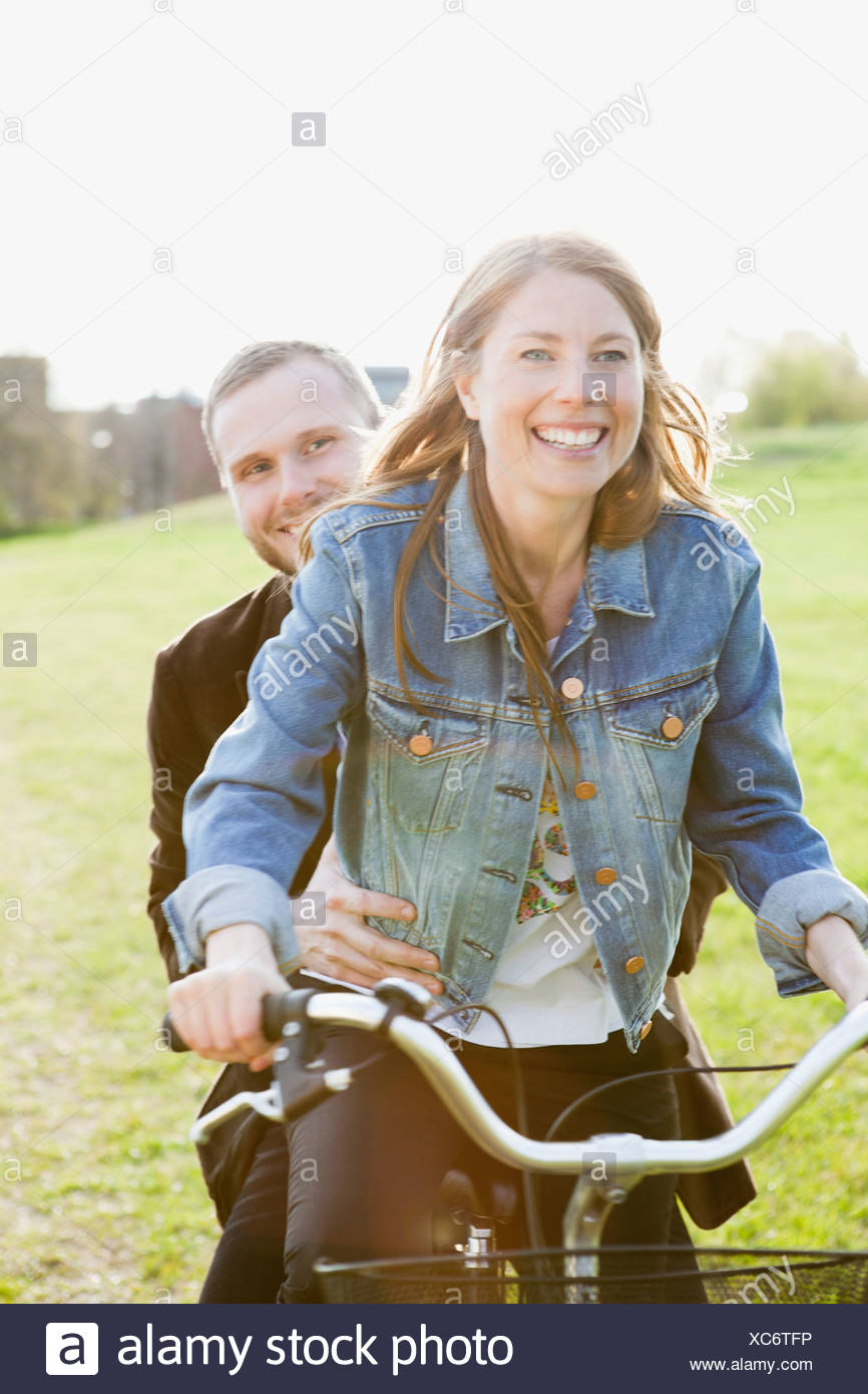 Heureux couple riding bicycle Photo Stock