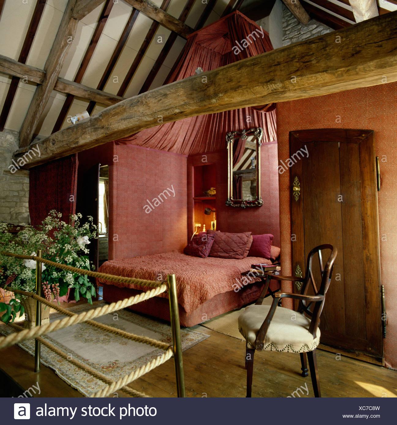 chambre en alc u00f4ve avec tissu rose murs et plafond  u00e0 l u0026 39  u00e9tage mezzanine sous tente dans la r u00e9gion