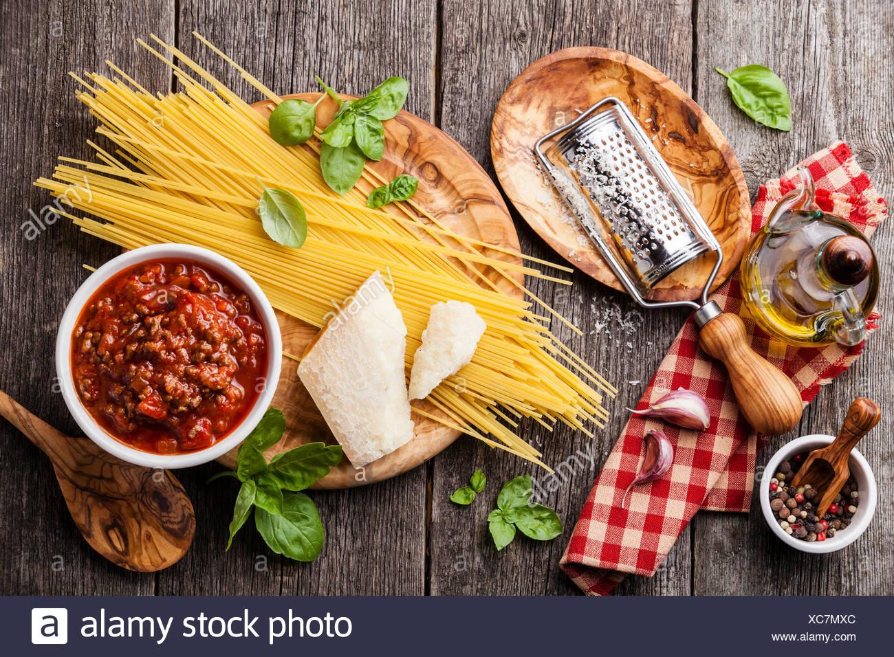 Ingrédients pour spaghetti bolognese gris sur fond de bois Photo Stock