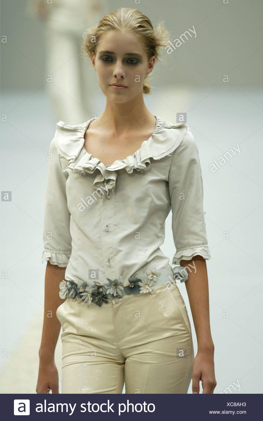 Pecoraro Milan Prêt à Porter S S Modèle Smoky Eyes portant chemisier beige  col et manches froufrous 012ed951494