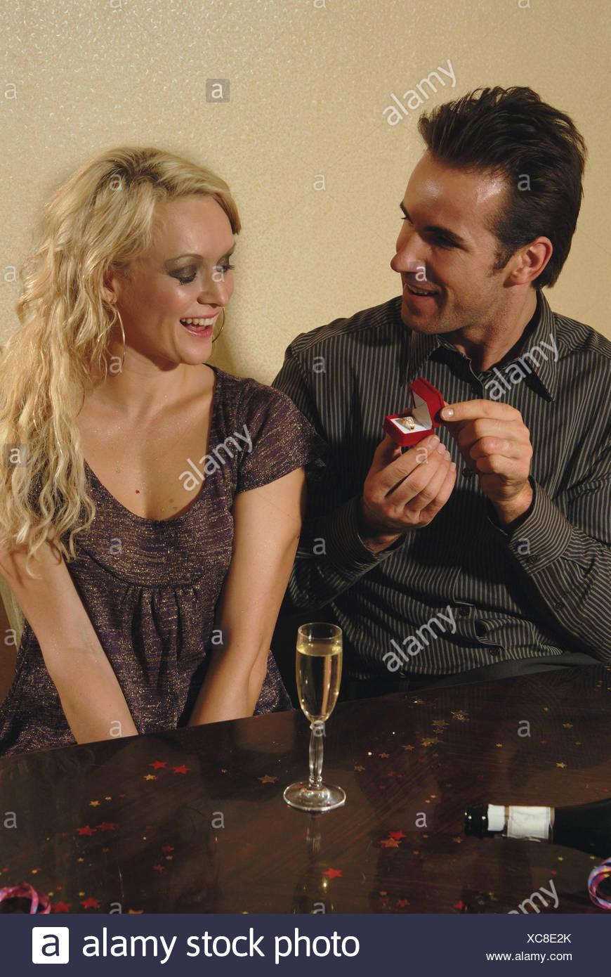 Couple, jeunes, tombe amoureux, l'homme, coffret, anneau, proposition de mariage, femme, heureusement, la moitié, portrait, parution du modèle Photo Stock