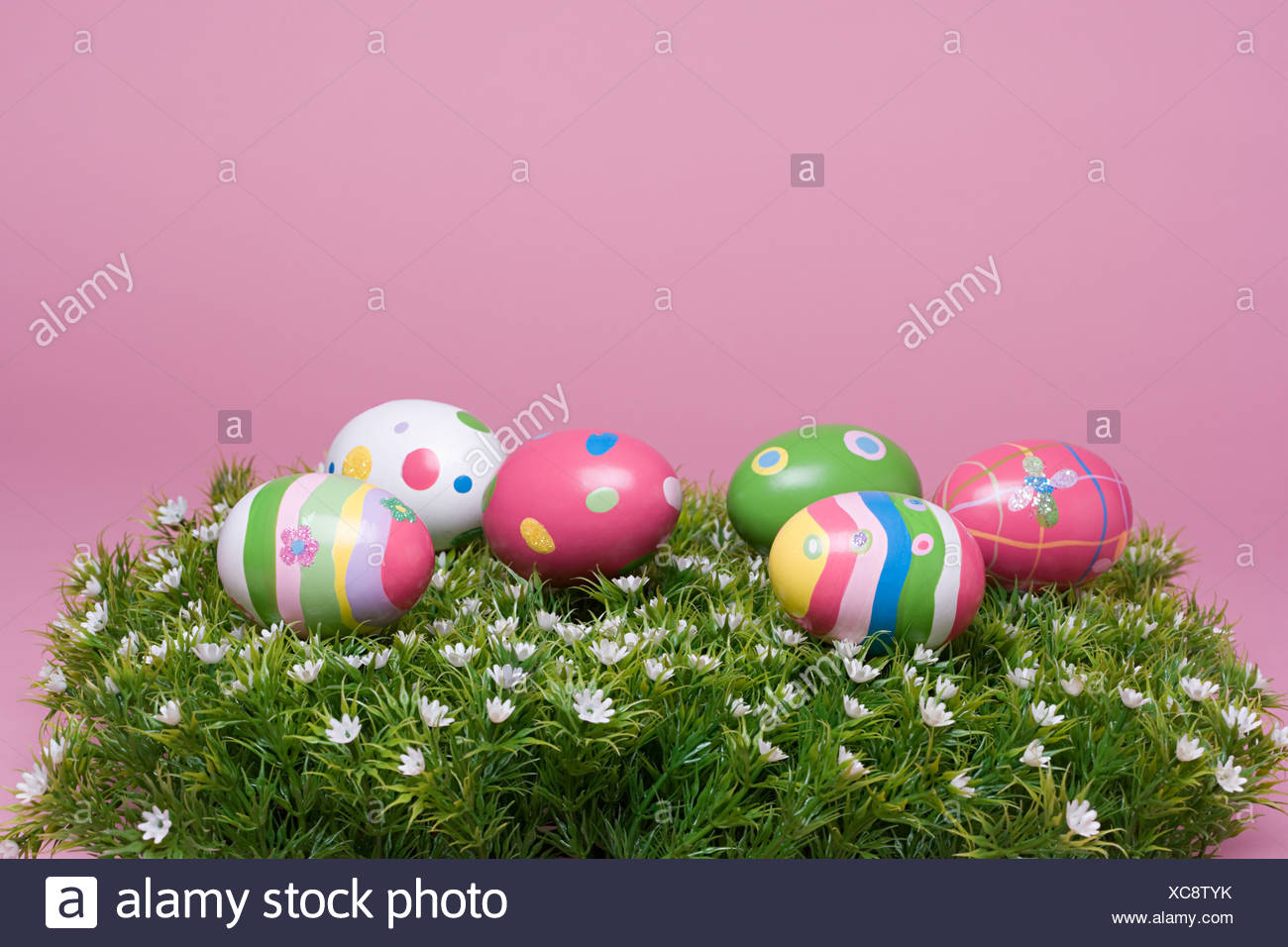 Les oeufs de Pâques peints sur l'herbe Photo Stock