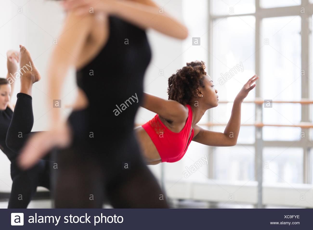 Les jeunes femmes dans un studio de danse Danse, differential focus Photo Stock