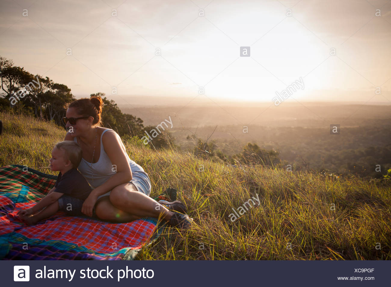 La mère et le fils assis dans un champ au Kenya Photo Stock