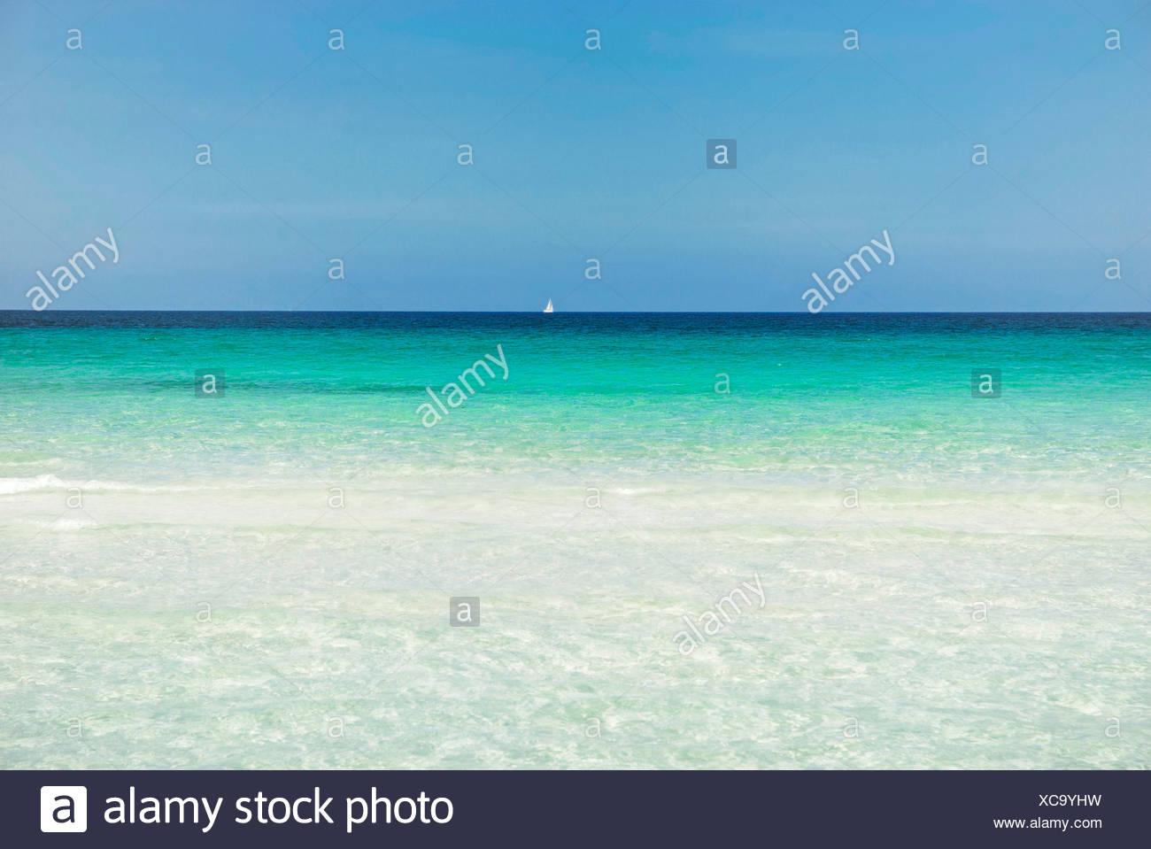 Horizon avec voilier, la mer turquoise avec plage de sable, La Cinta, Sardaigne, Italie, Europe Photo Stock