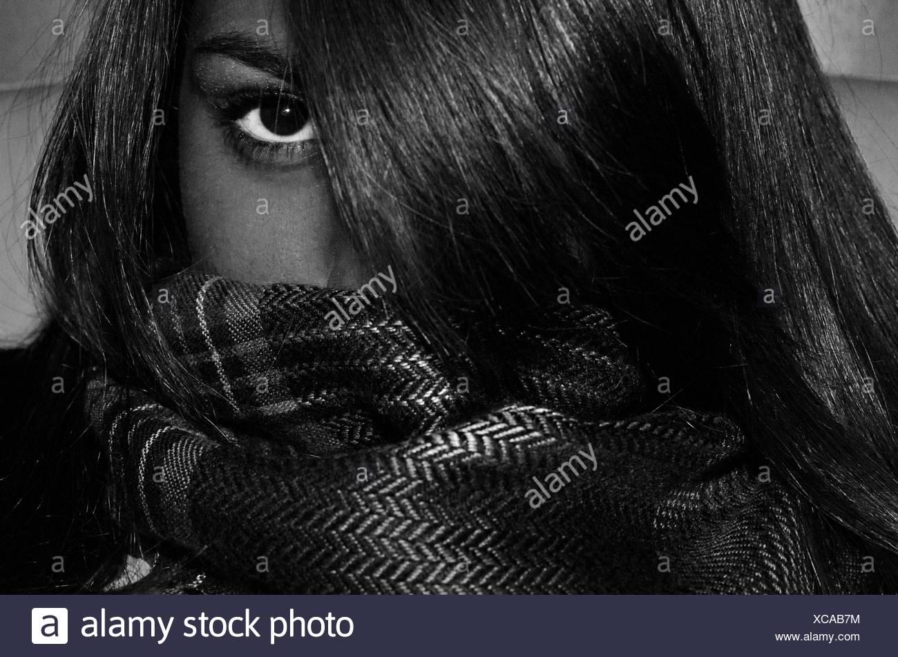 Femme couvrant son visage avec l'écharpe et les cheveux Photo Stock