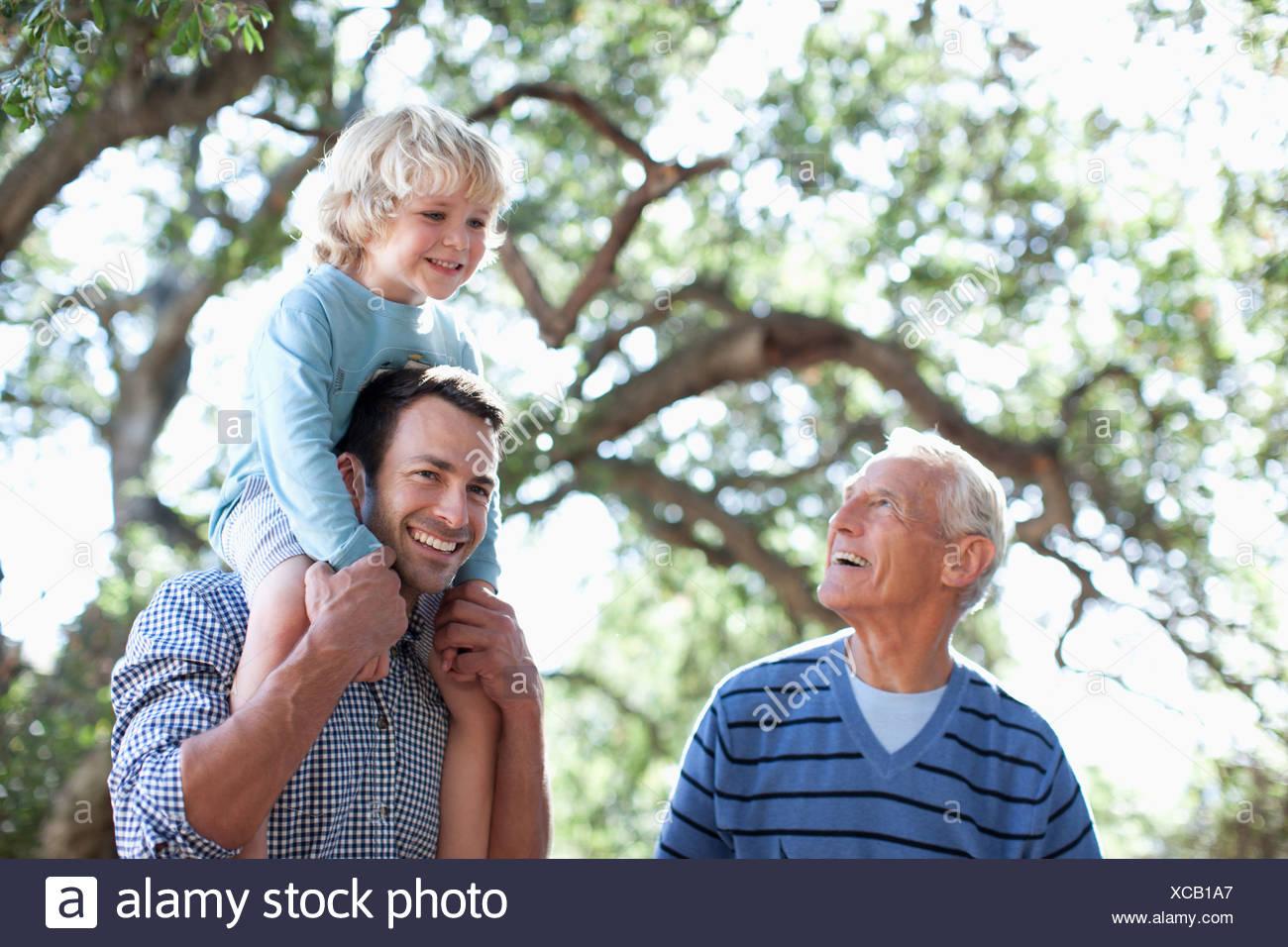 Trois générations d'hommes la marche à l'extérieur Photo Stock