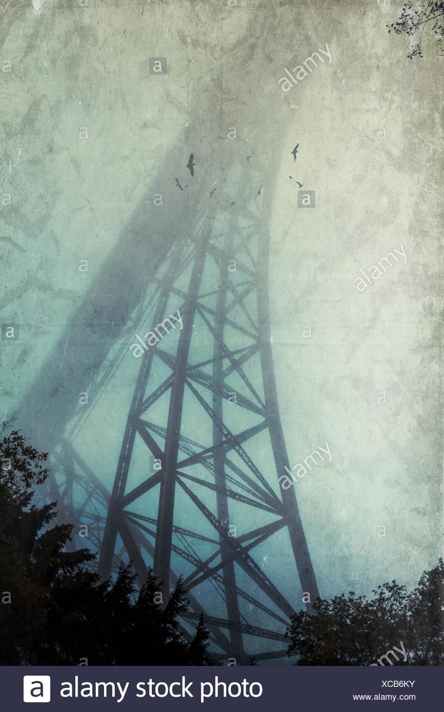 Silhouette de pont de Müngsten dans le brouillard, effet de texture Photo Stock