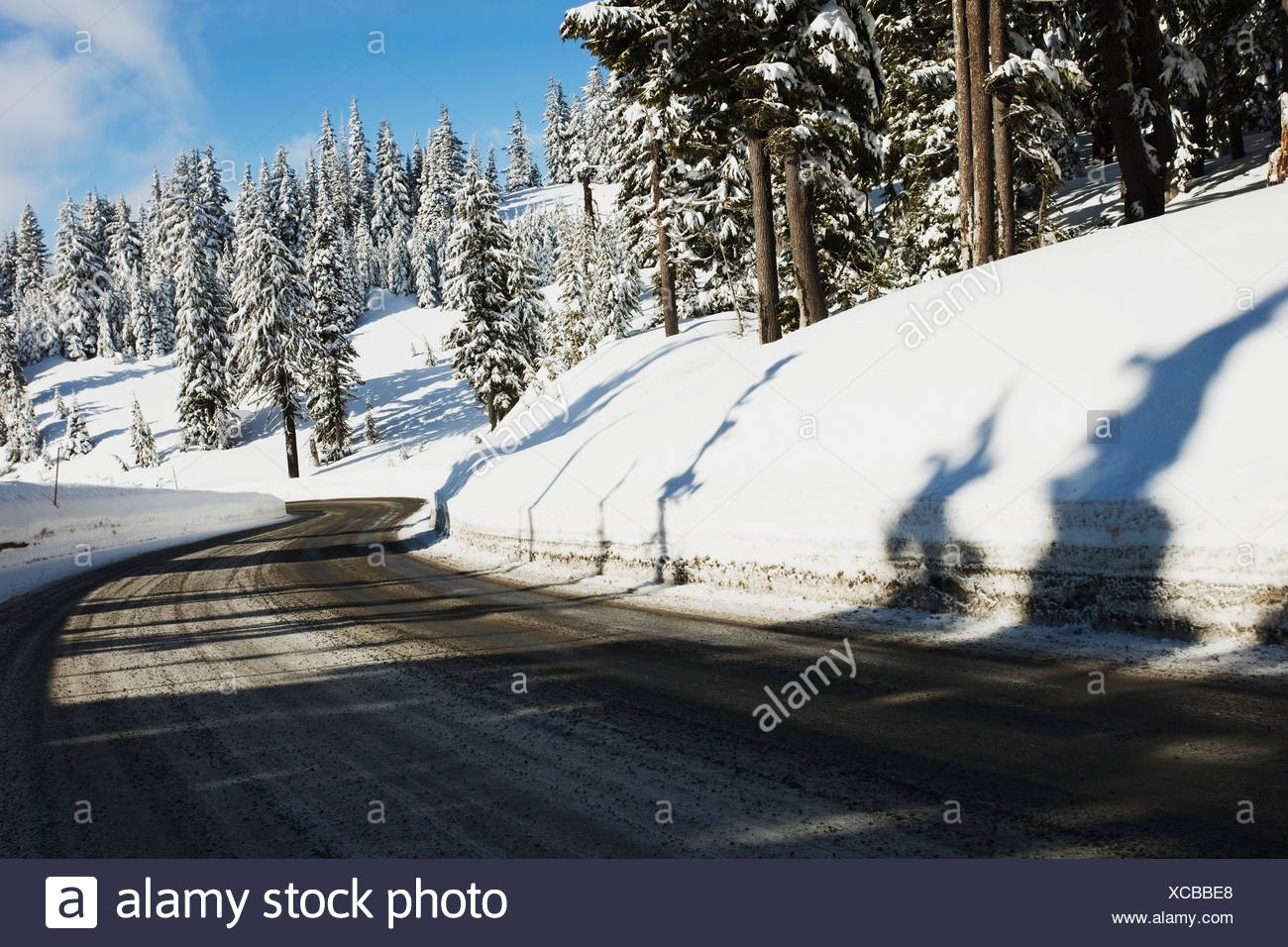 Oregon Cascades, Oregon, United States of America ; une route et de neige de l'hiver sur le mont Hood Photo Stock