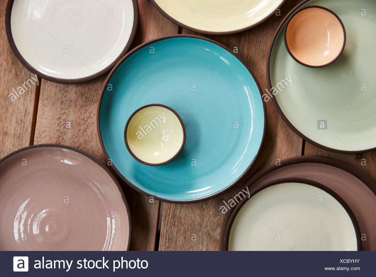 La faïence fait main sur une table en bois, d'un close up Banque D'Images
