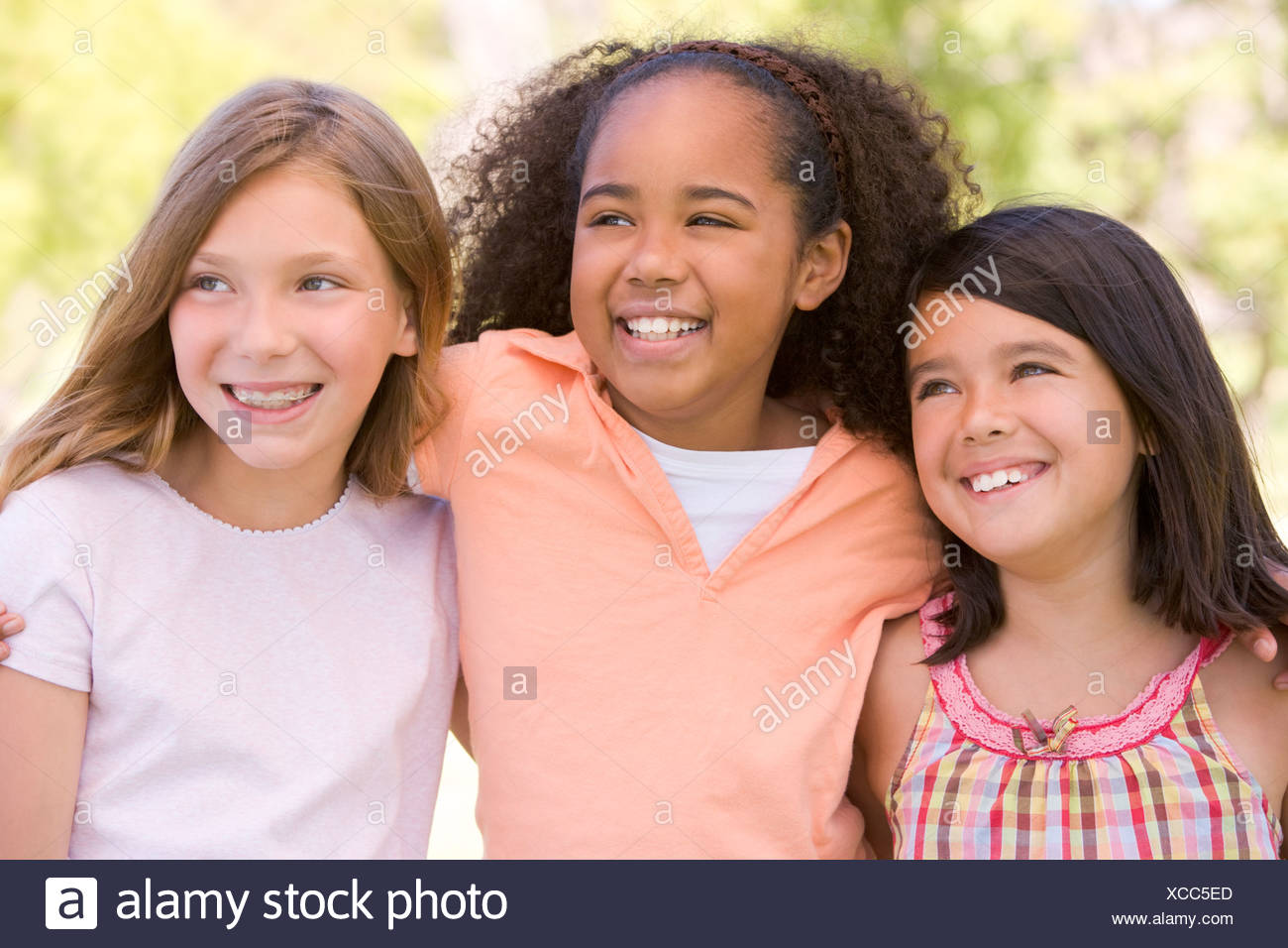 Trois jeunes girl friends outdoors smiling Photo Stock