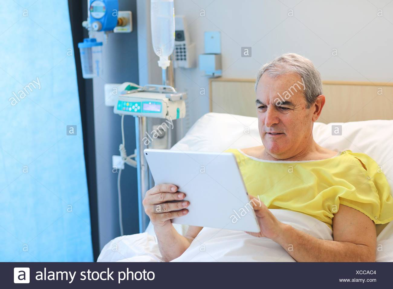Patient en chambre d'hôpital avec tablet, Hôpital Photo Stock
