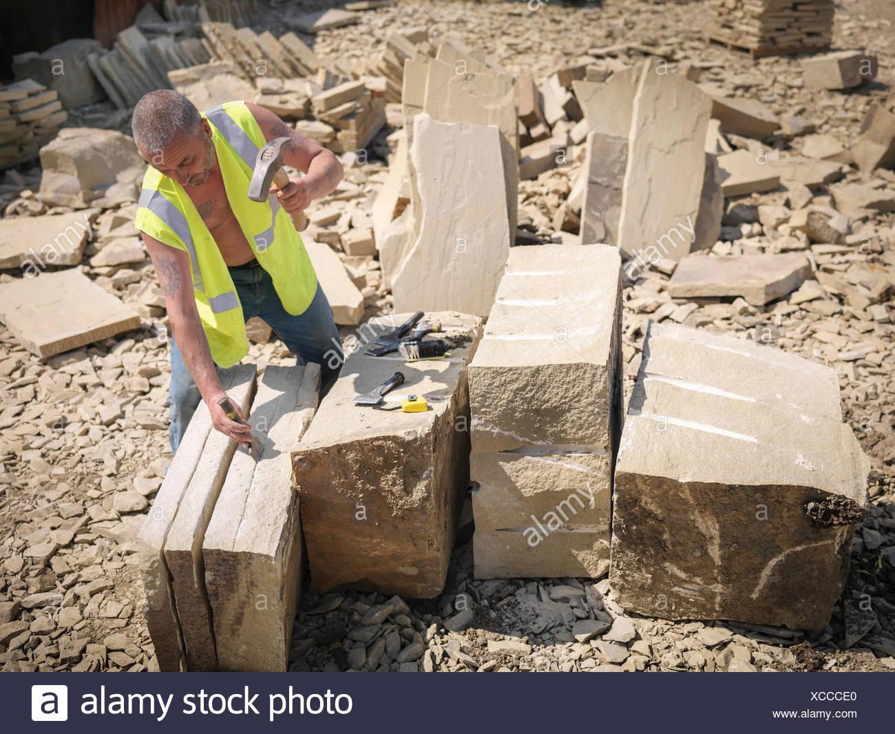 Ouvrier carrier de grès fractionnement dans le Yorkshire carrière de pierres, elevated view Photo Stock