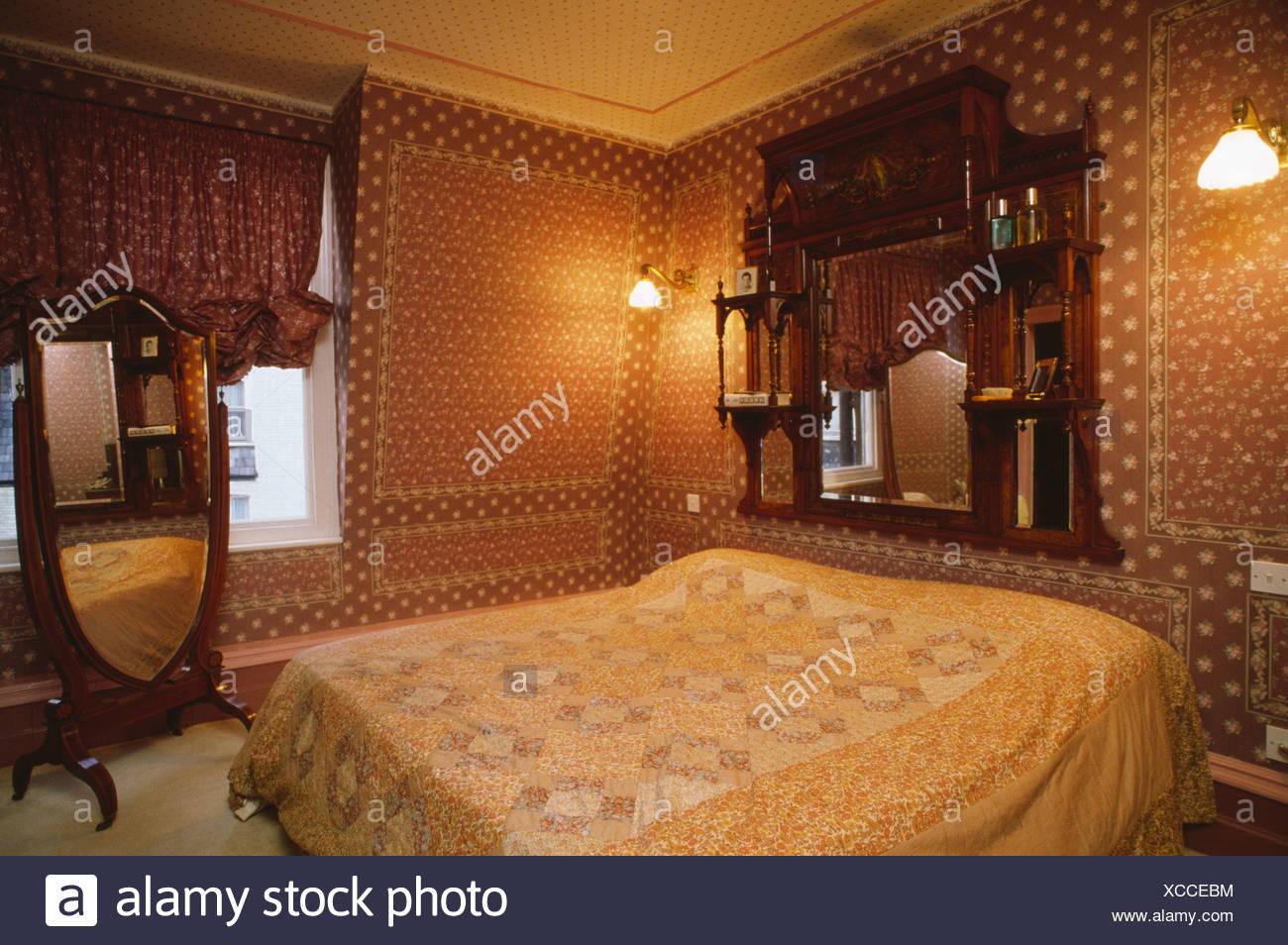 Trumeau miroir et psyché en 1970 chambre avec du papier ...