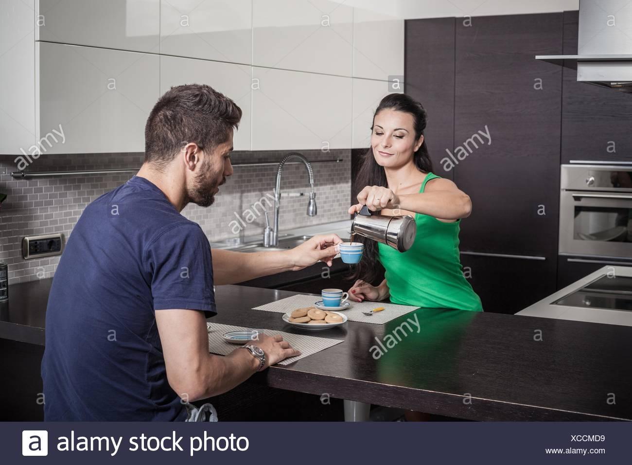 Young woman pouring petit-déjeuner café pour petit ami Banque D'Images
