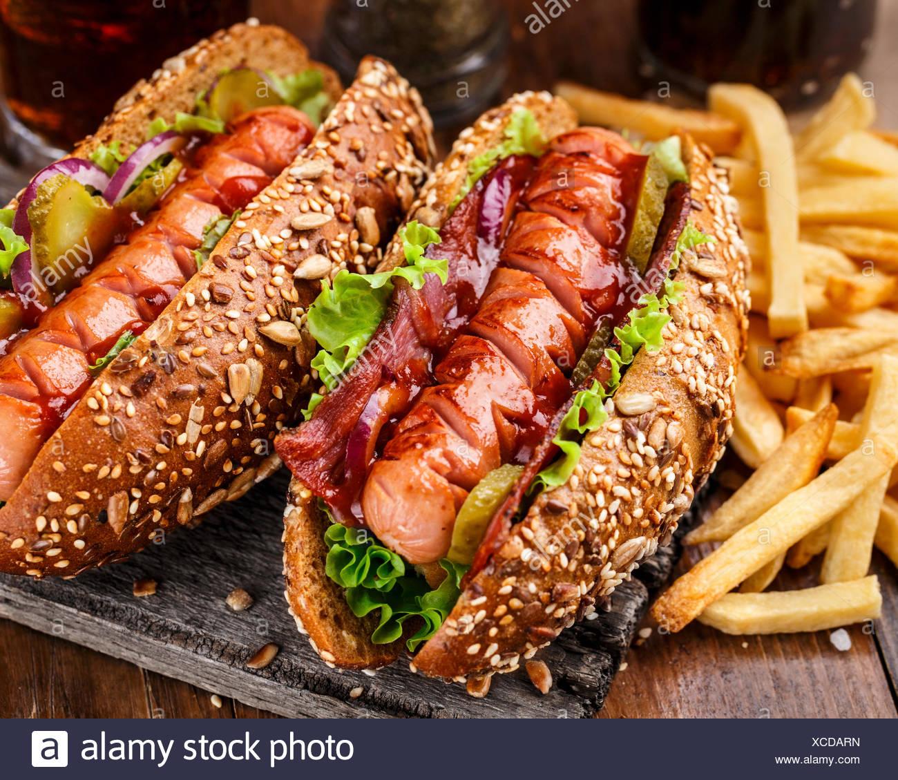 Hot-dog grillé au barbecue avec des frites Photo Stock