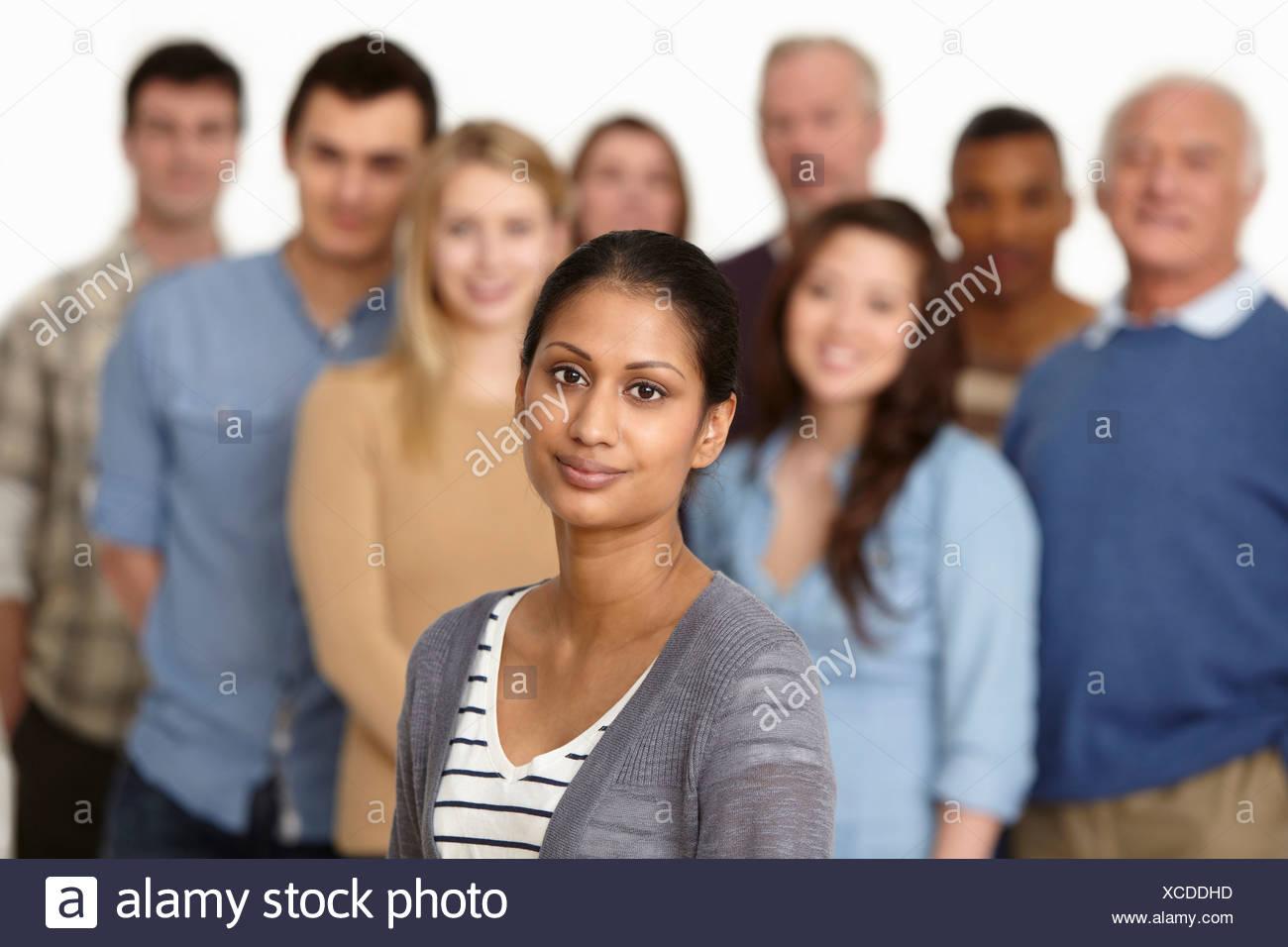 Portrait de femme avec un groupe de personnes en arrière-plan Photo Stock
