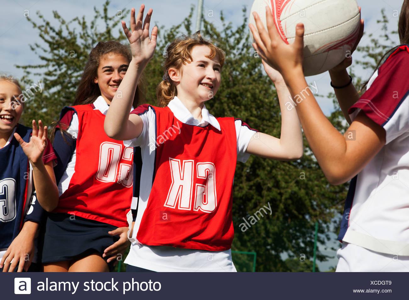 La défense de joueurs netball écolière Photo Stock