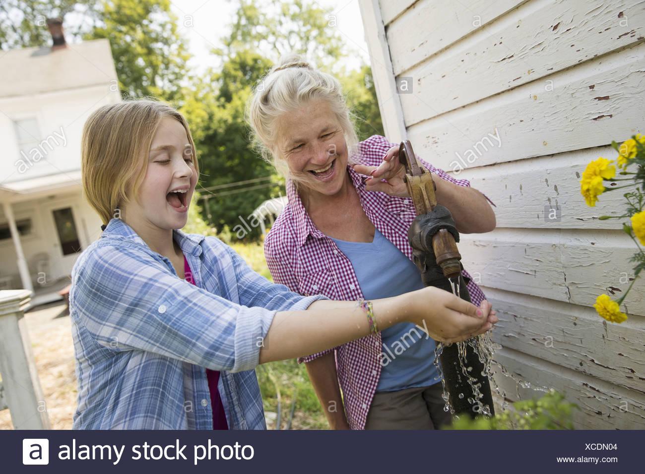 L'été une famille garing dans une ferme. Un repas partagé un retour à la maison. Photo Stock