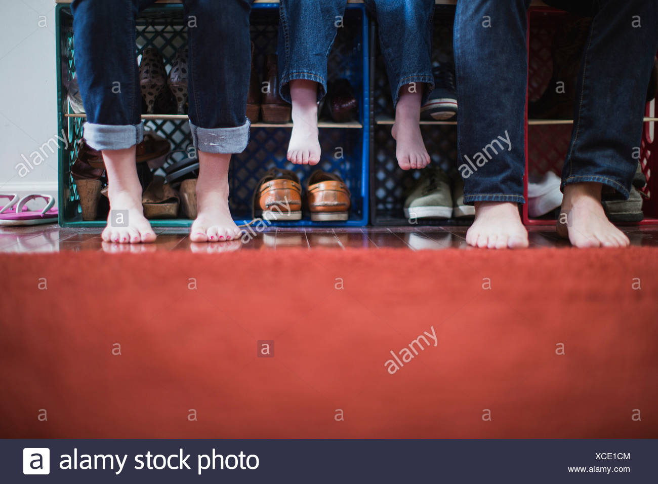 Les parents et l'enfant avec les pieds nus, low section Photo Stock