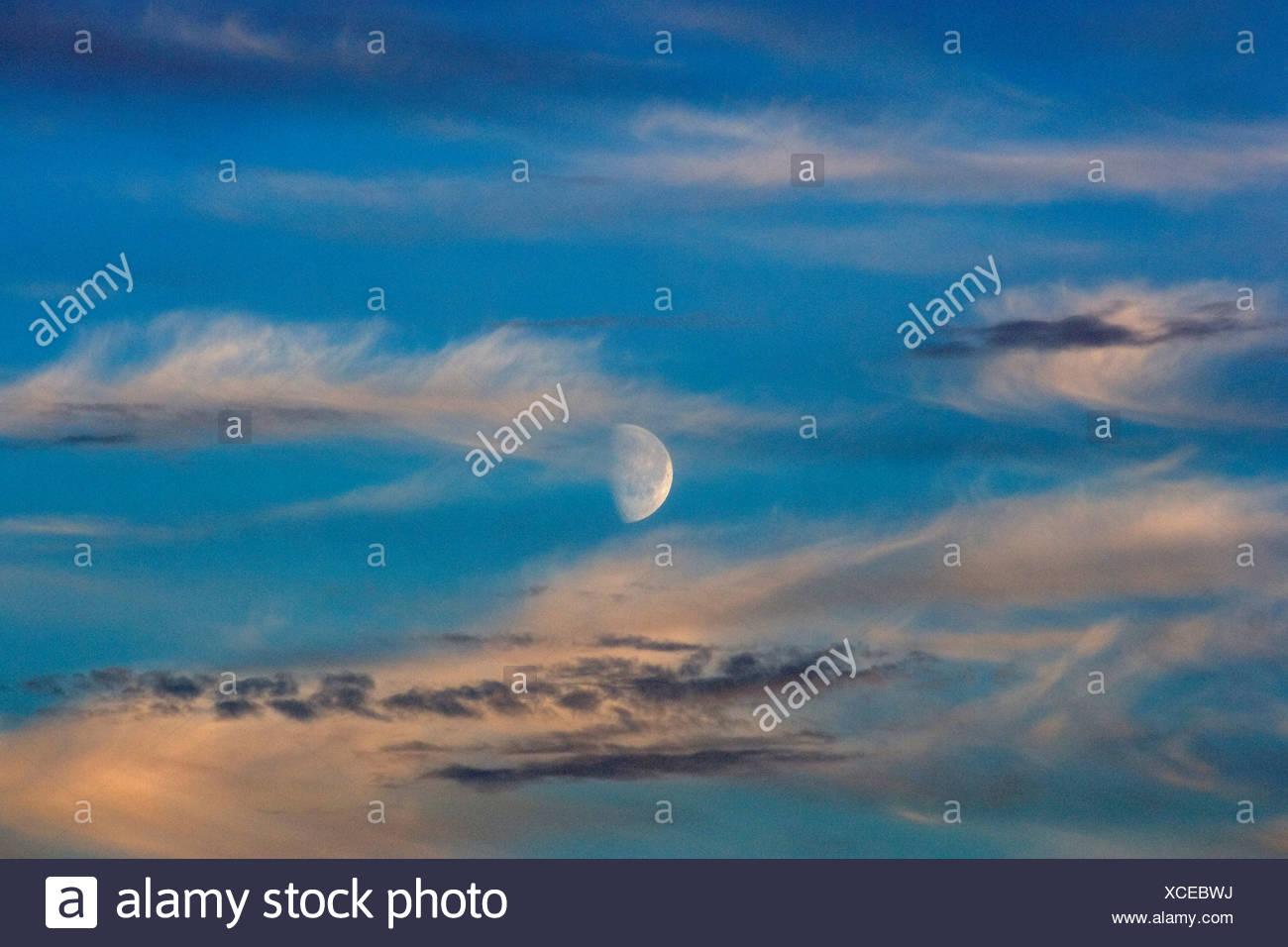 La demi-lune illuminée par le soleil de minuit Photo Stock