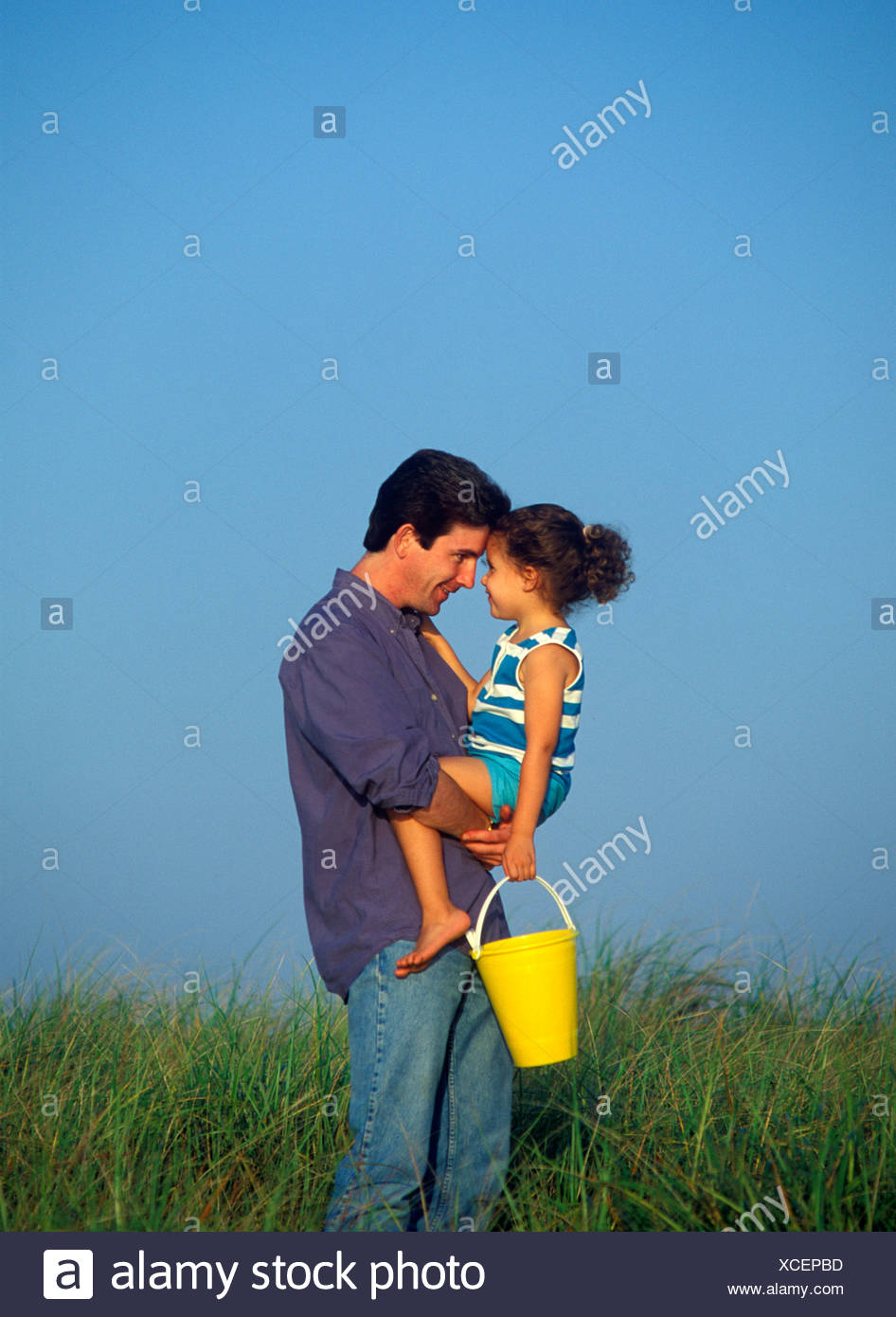 Père affectueux et sa fille à la plage Cape Cod Photo Stock