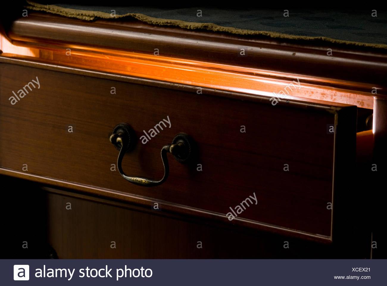 Mystère la lumière provenant des tiroirs en bois Photo Stock