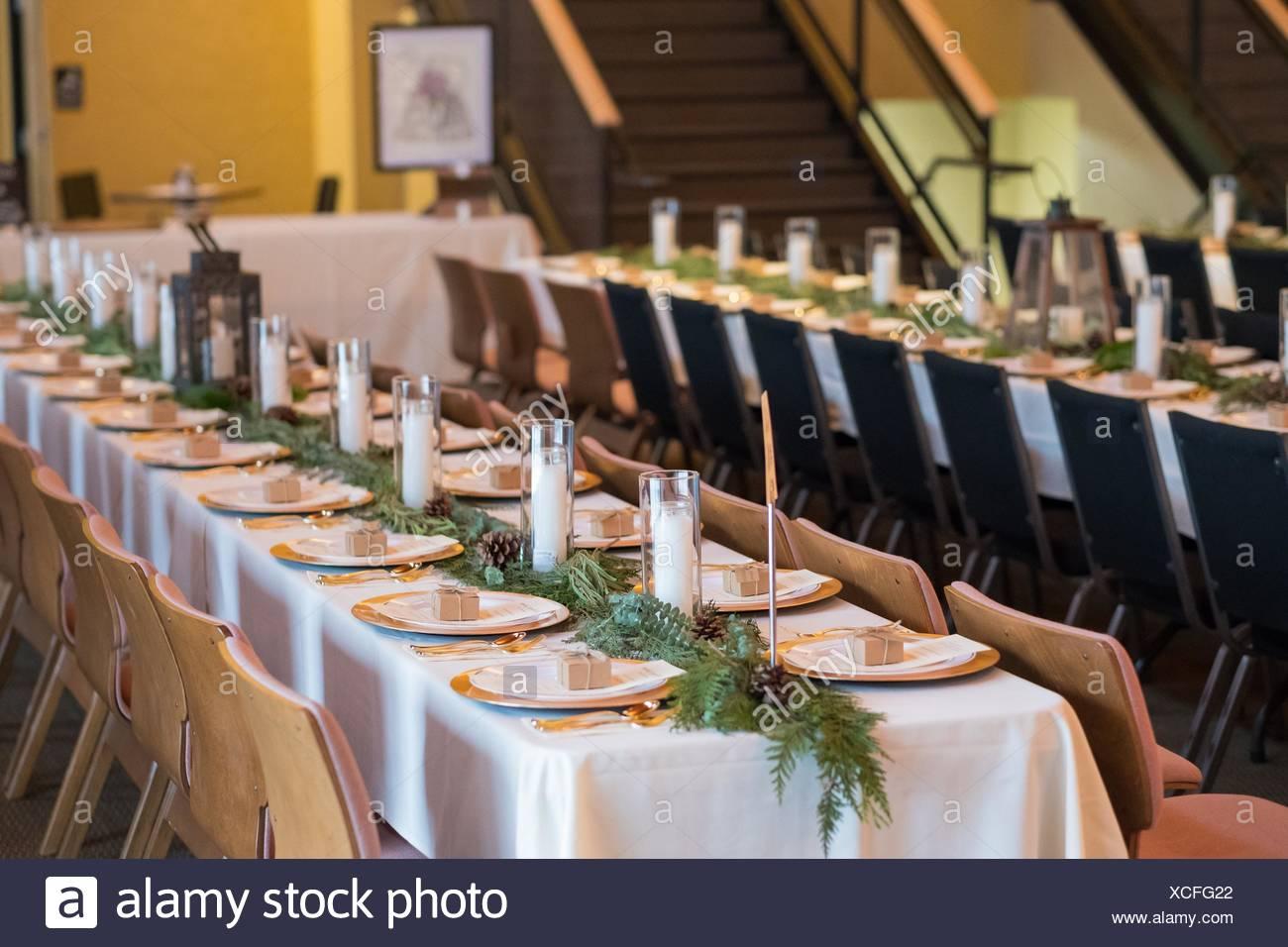 tables de r ception de mariage avec coin plaques et des. Black Bedroom Furniture Sets. Home Design Ideas