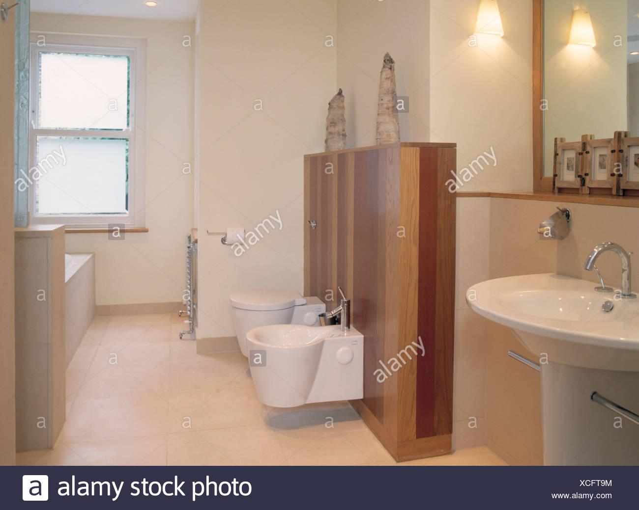 Un mur lambrissé avec bidet et toilettes dans salle de bains blanc ...
