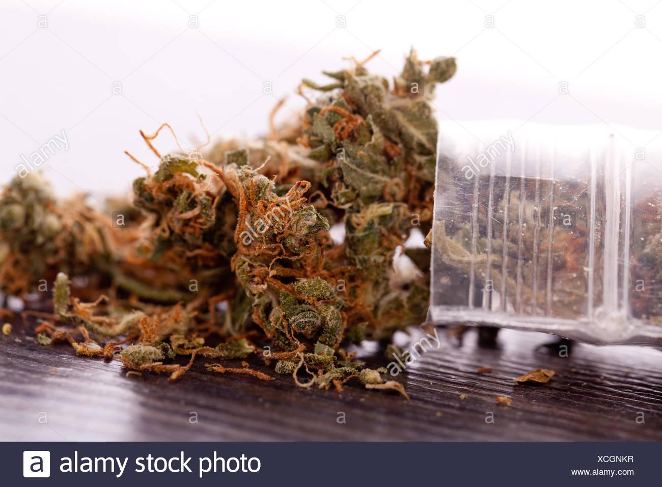 Close up de la marijuana séchée feuilles sur la table Banque D'Images