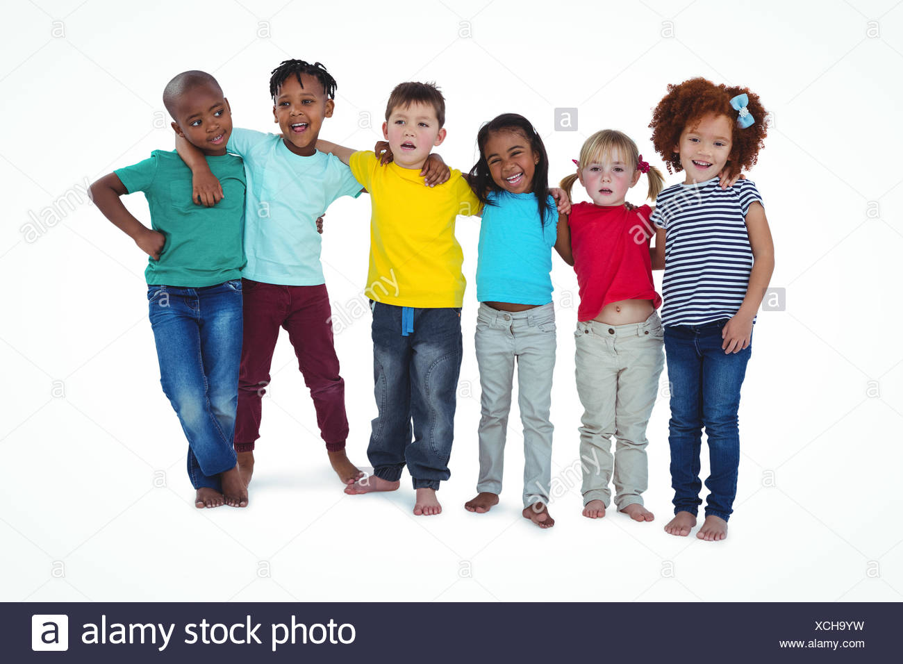 Les enfants pieds nus mignon hugging and looking at camera Photo Stock