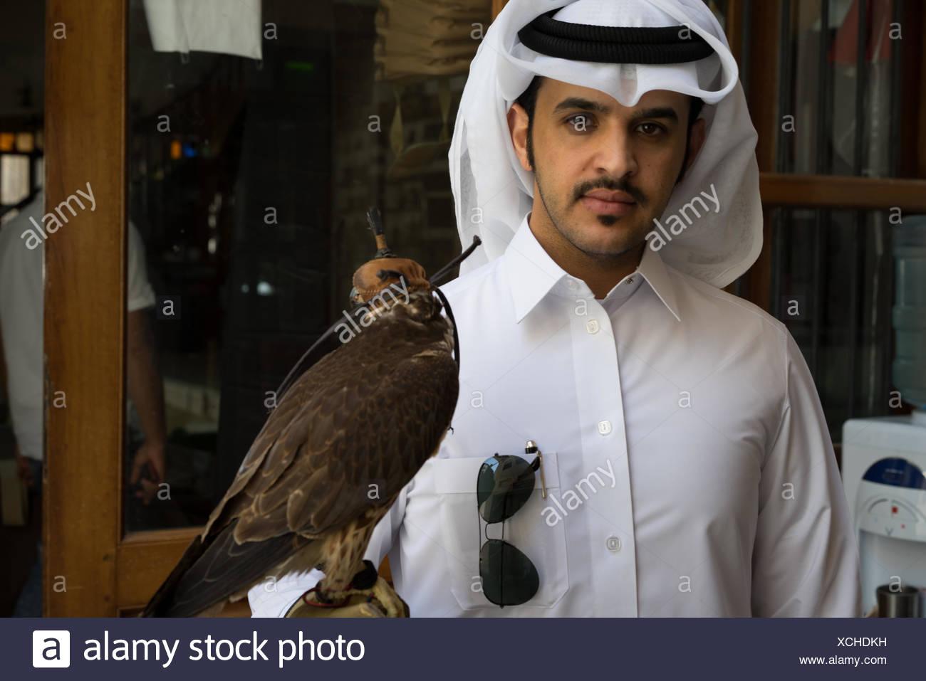 Falconer avec son falcon, Falcon Souq, Souq Waqif, Doha. Banque D'Images