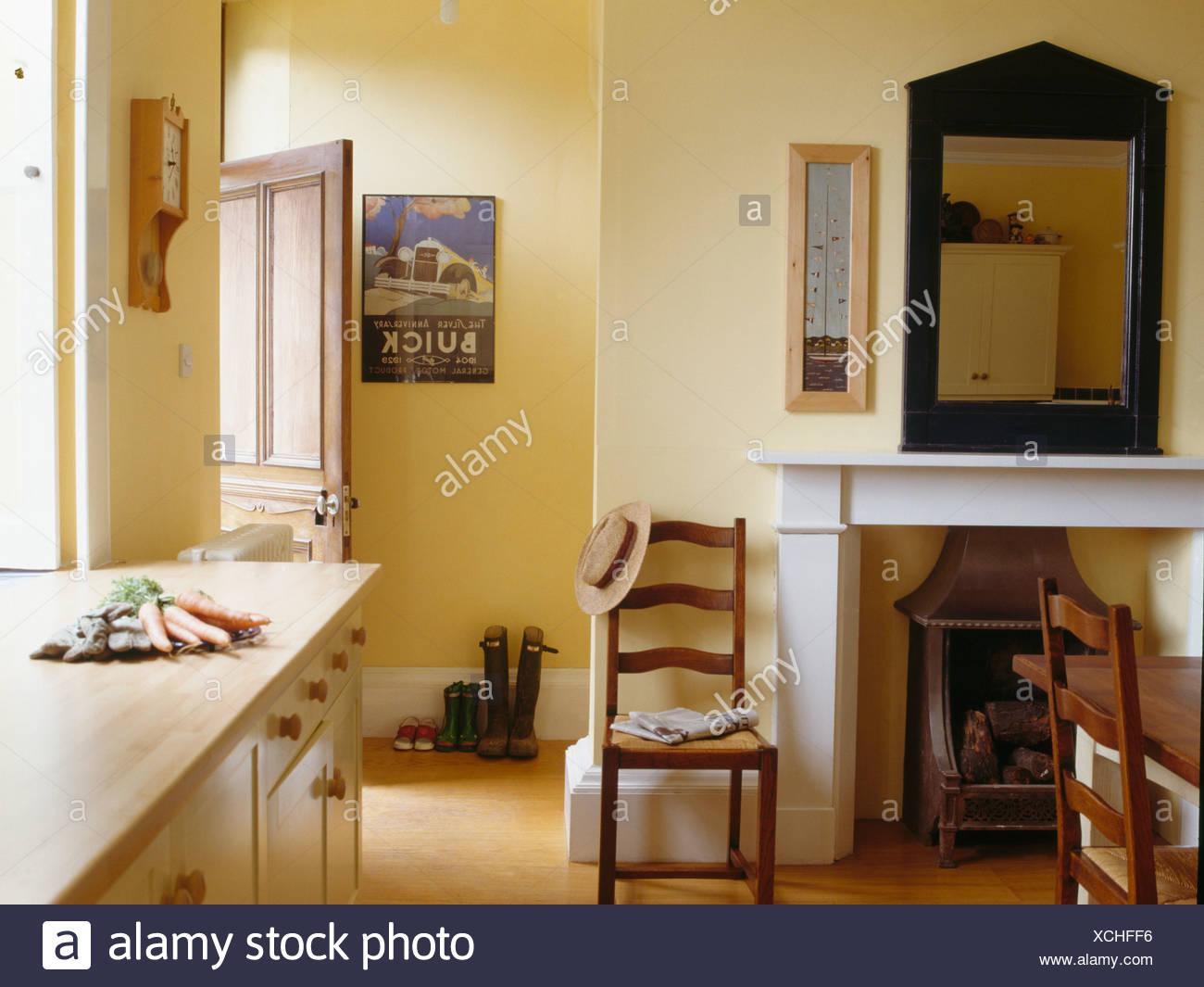 meubles anciens en miroir au dessus de chemin e dans petit. Black Bedroom Furniture Sets. Home Design Ideas