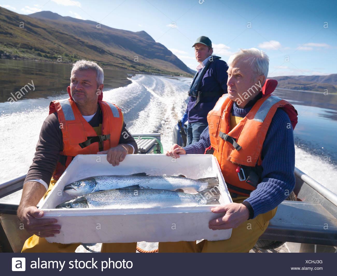 Les pêcheurs avec prises de la journée sur le bateau Photo Stock