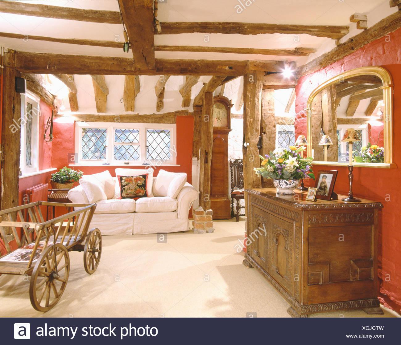 Armoire en bois sculpté miroir au-dessus en rouge salon avec ...