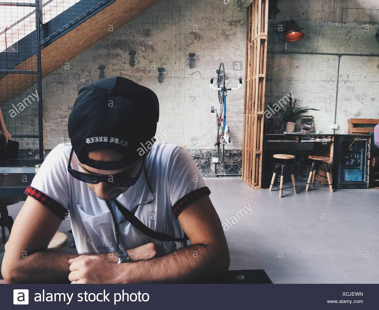 L'Homme à lunettes et à chapeau bas Photo Stock