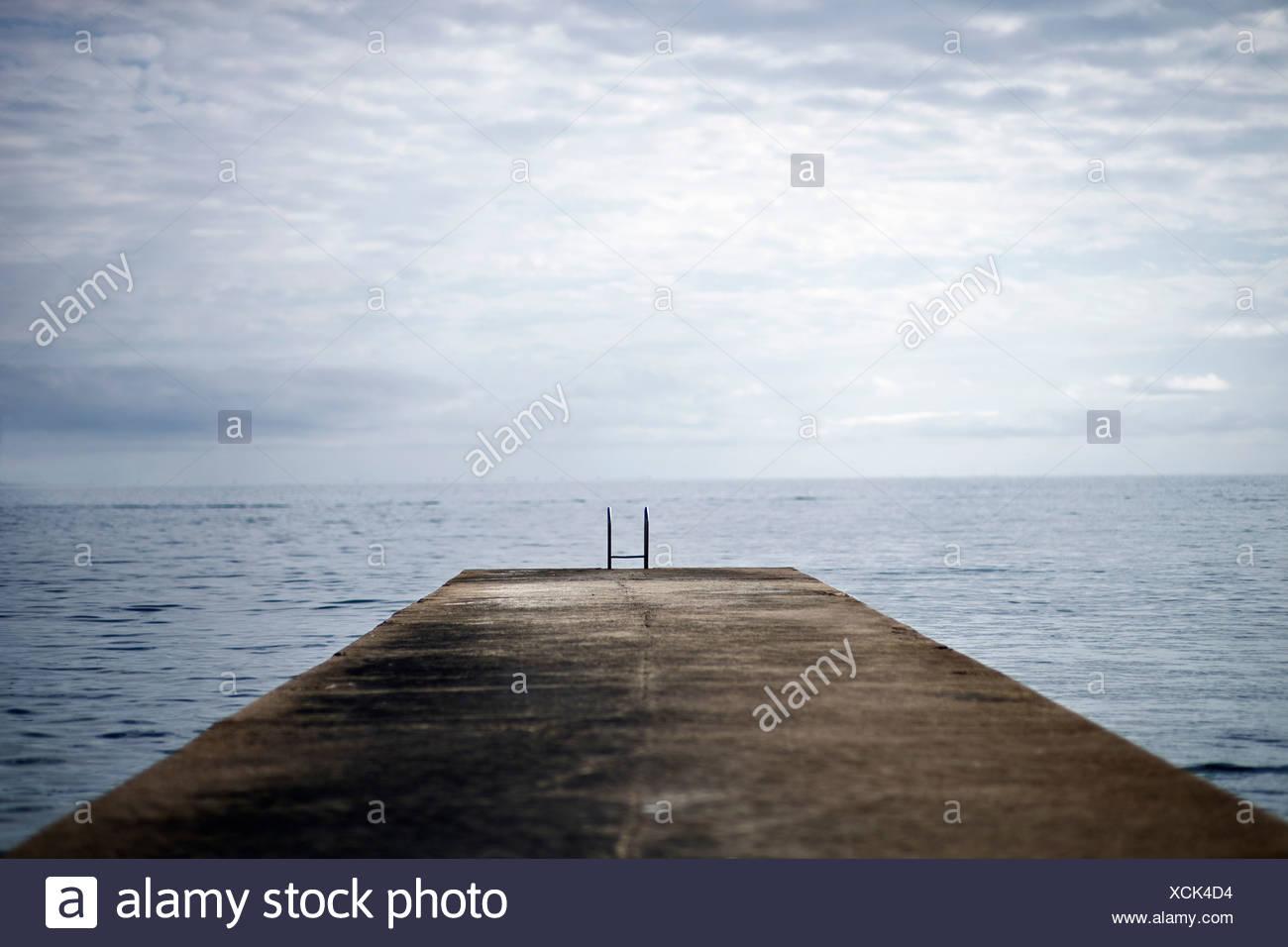 Cours de la jetée dans l'océan Photo Stock
