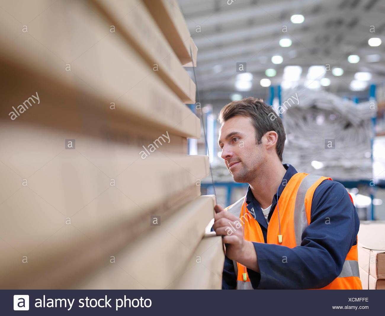 L'inspection des travailleurs dans l'entrepôt de produits Photo Stock