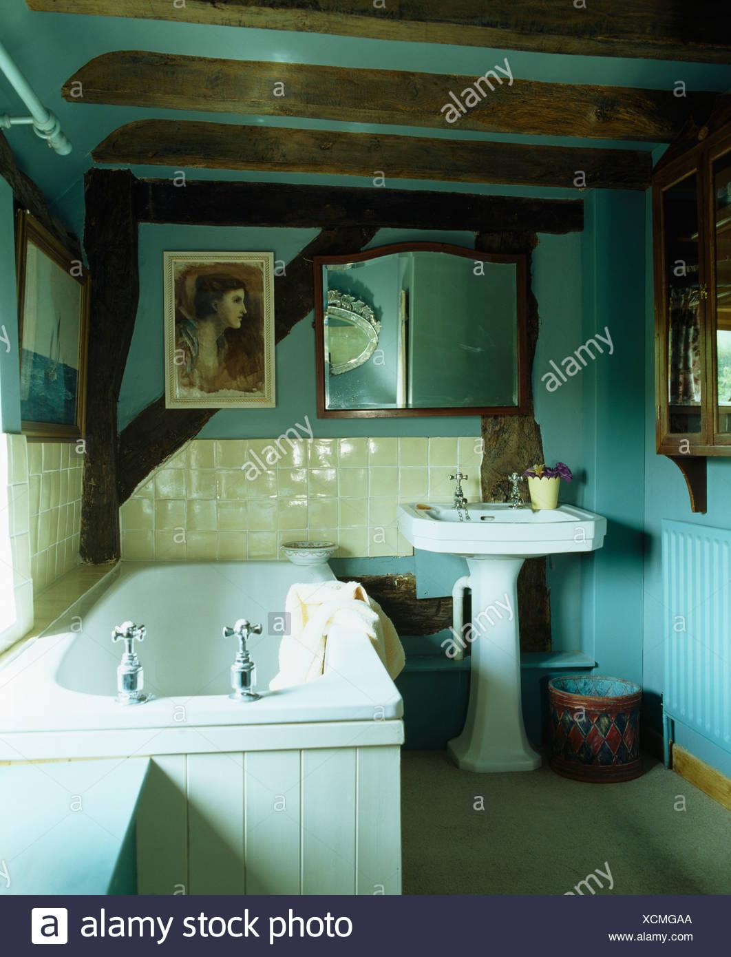 Petite salle de bains cottage turquoise pâle avec des ...