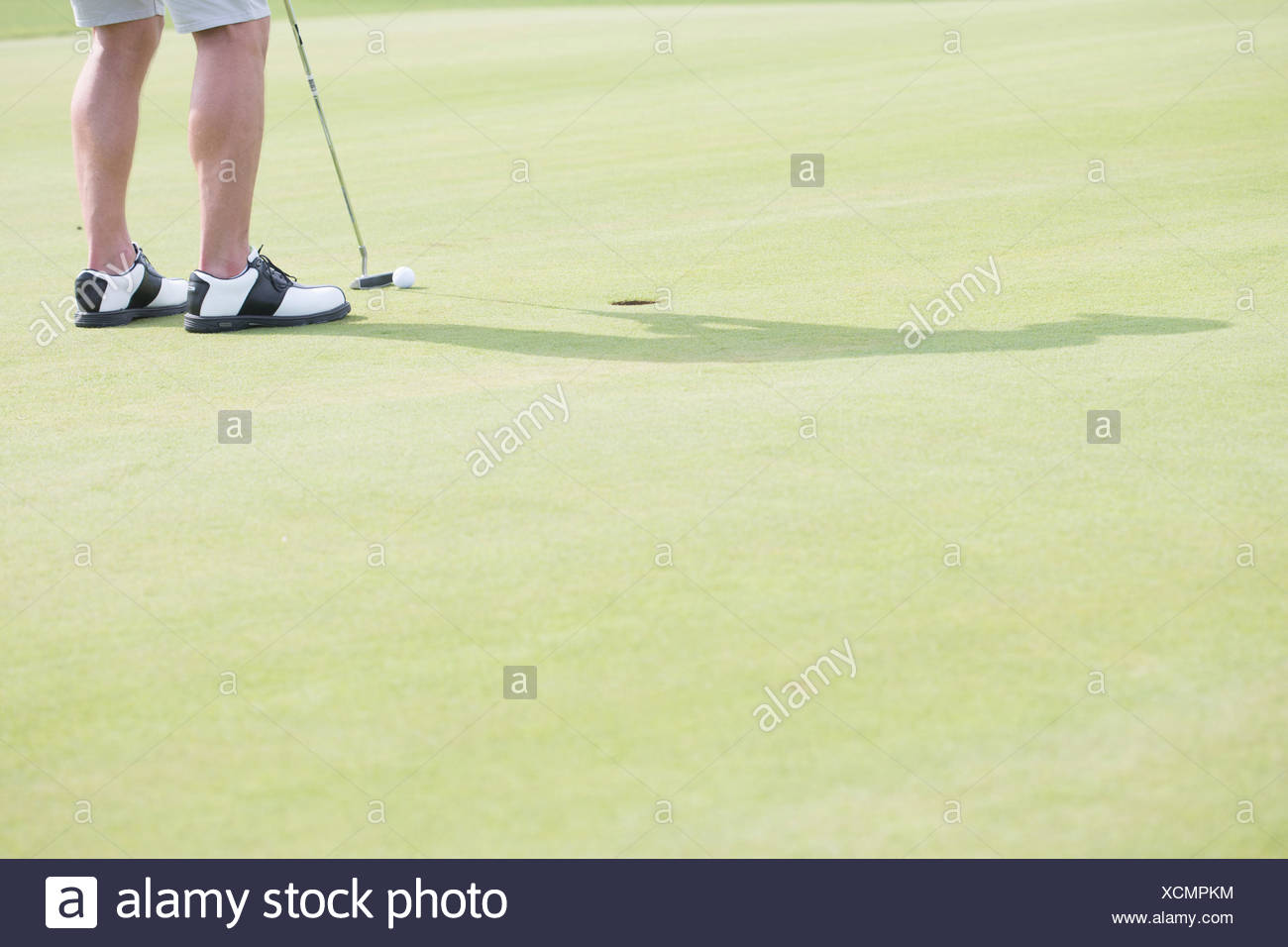 La section basse de middle-aged man playing golf Photo Stock