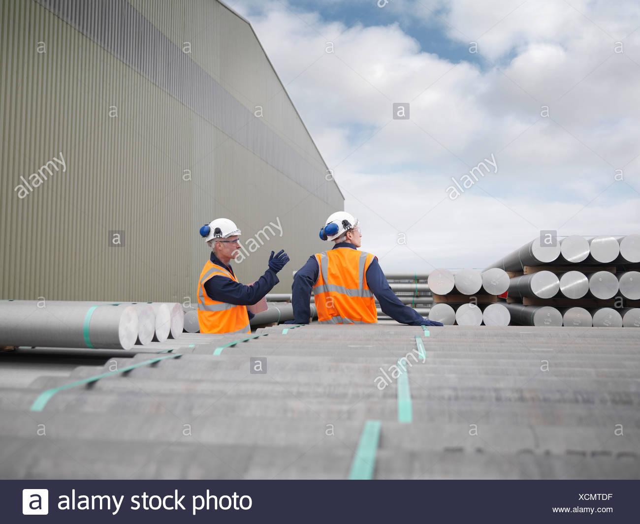 Les travailleurs du port du fret à discuter Photo Stock