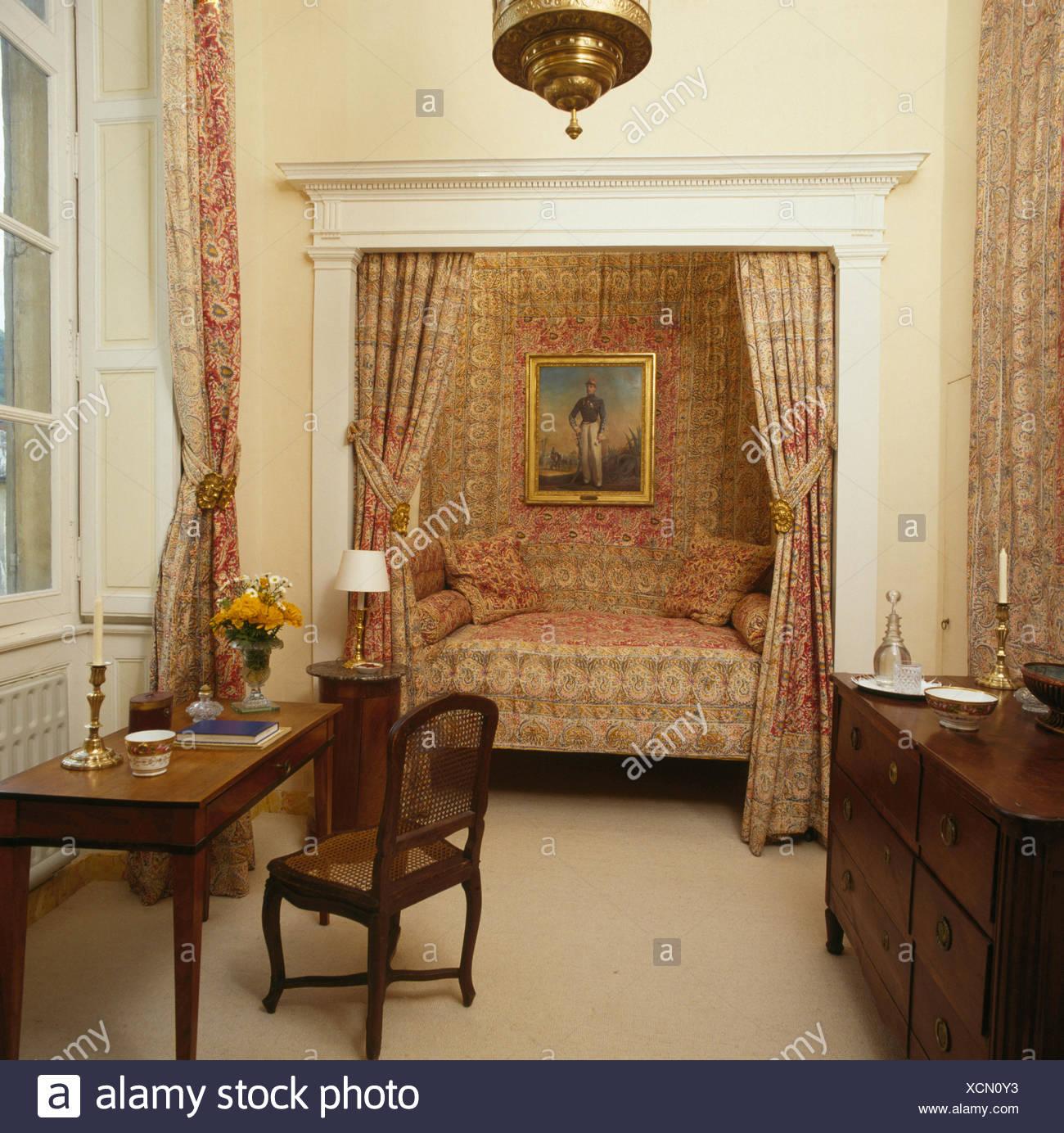 Rideaux à motifs sur l\'alcôve lit dans 80 pays français chambre avec ...