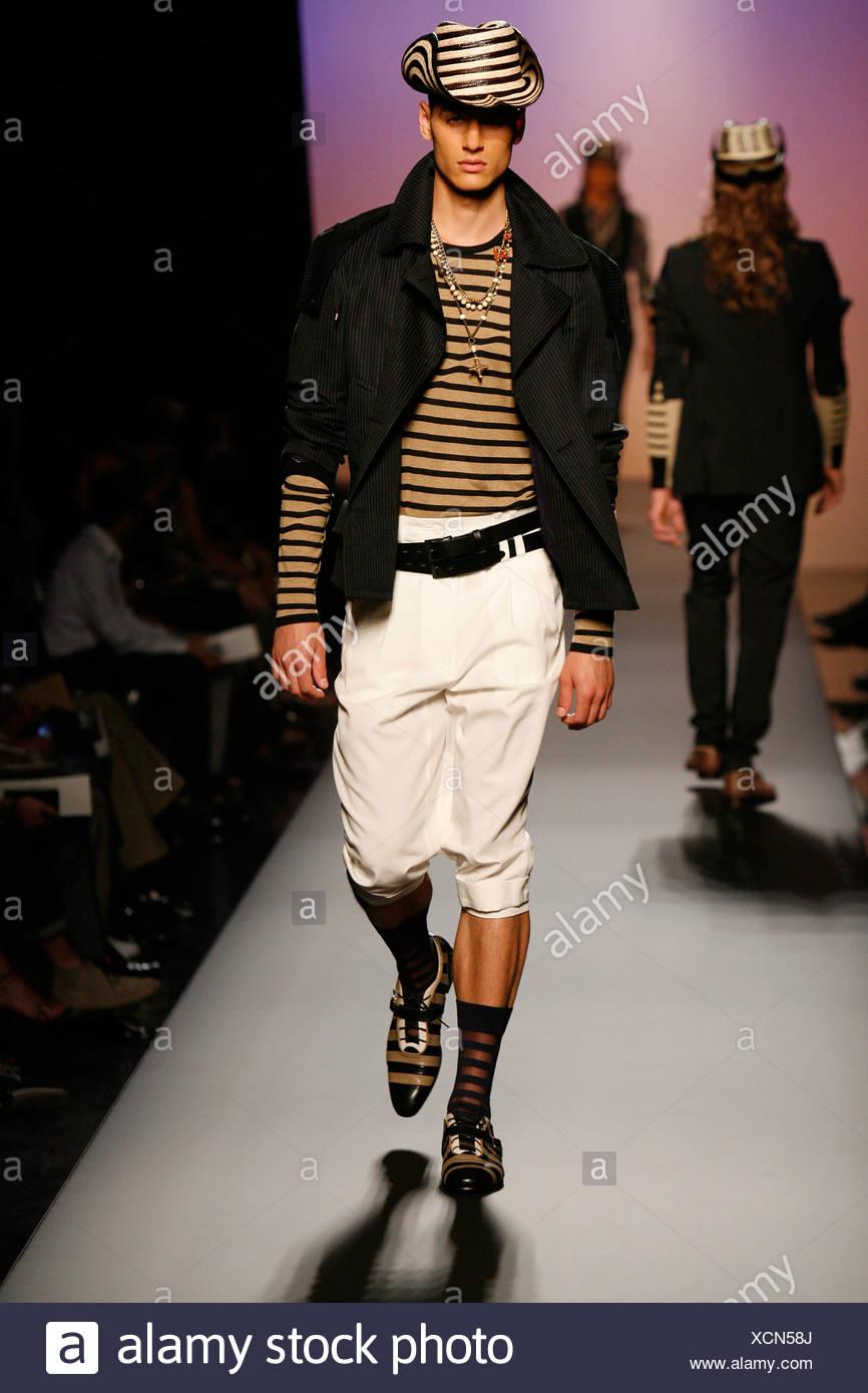 jean-paul-gaultier-paris-collection-printemps-ete -mannequin-portant-un-pantalon-baggy-creme-aux-genoux-beige-et-noir -haut-raye-xcn58j.jpg 083fdb1d94d