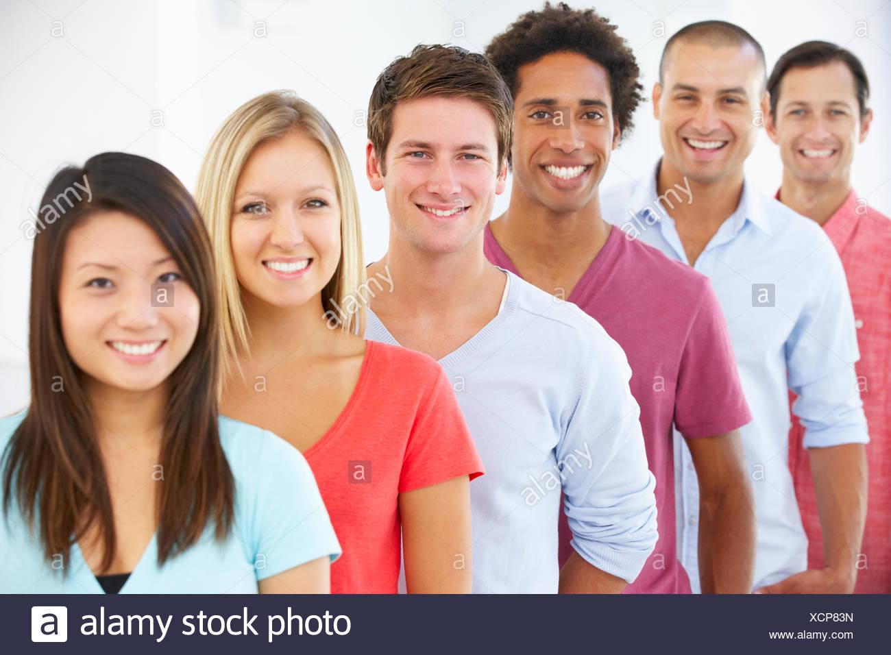 Ligne de professionnels et gens d'affaires positif en tenue décontractée Photo Stock
