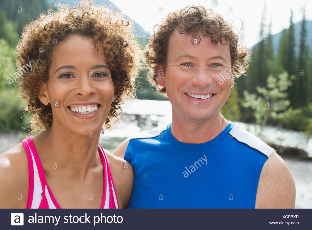Portrait of attractive, athletic couple dans les bois Photo Stock